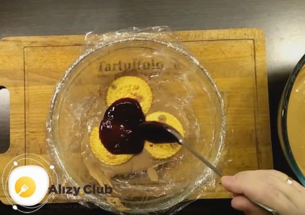Печенье покрываем слоем подготовленной ягодной массы.