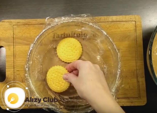 На творожный крем укладываем опять слой печенья.