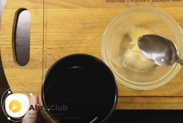 Пока торт застывает в холодильнике, подготовим желатин для его украшения.