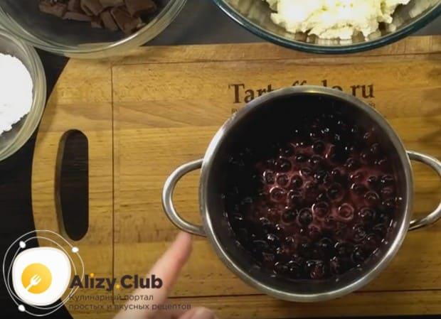 Немного провариваем ягодную массу,чтобы сахар полностью растворился.