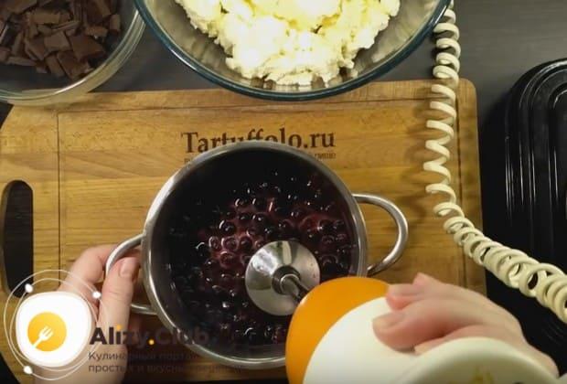 Чтобы торт выглядел идеально, перебьем ягодную массу при помощи блендера.