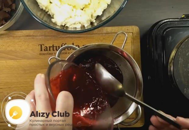 При желании можно также пропустить ягодный компонент десерта через сито.