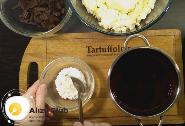 Чтобы полученный ягодный сироп был гуще, подготовим для него крахмальный загуститель.