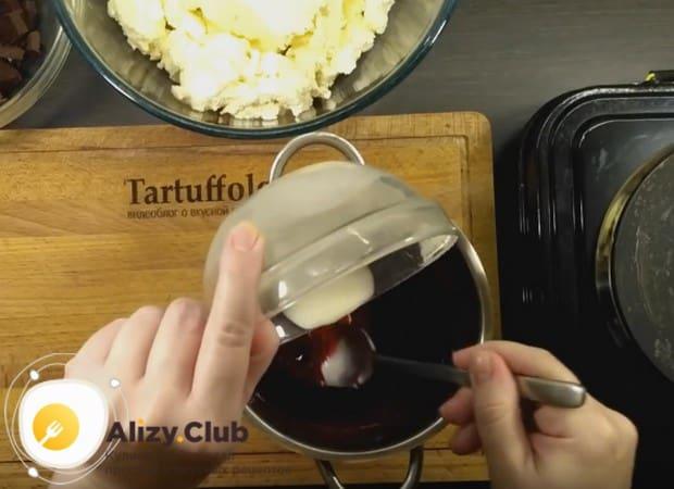 Смесь крахмала и воды вводим тоненькой струйкой в ягодную массу.