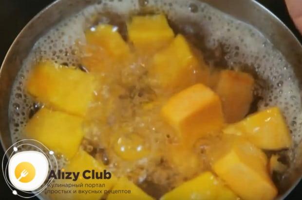 Выкладываем кусочки овоща в кипящую подсоленную воду и варим до мягкости.