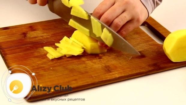 Картофель очищаем от кожуры, моем и нарезаем тонкой соломкой