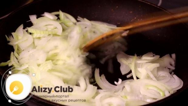 Заливаем подсолнечное масло на разогретую сковороду