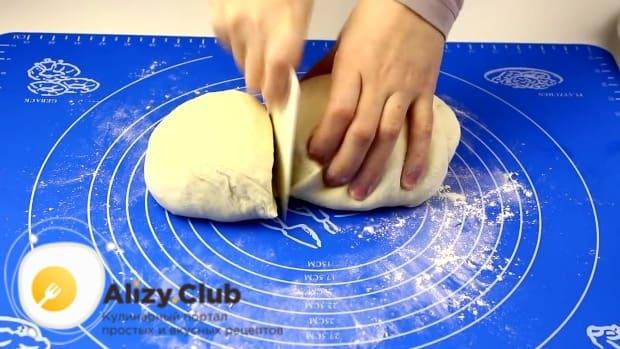 обминаем тесто и отрезаем от общего количества чуть меньше половины
