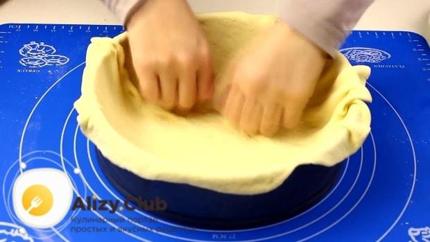 переносим раскатанный пласт с помощью скалки в форму