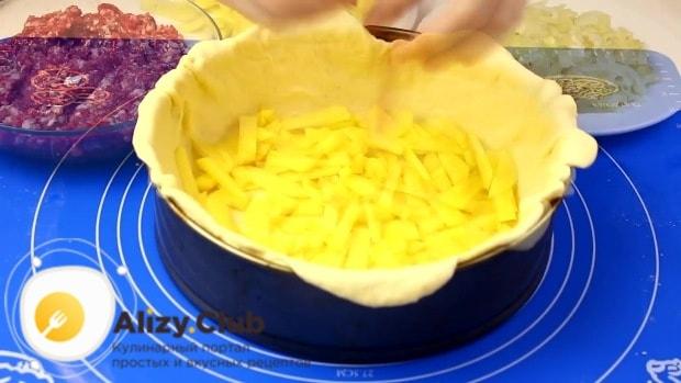 Поверх пласта выкладываем третью часть измельченного картофеля