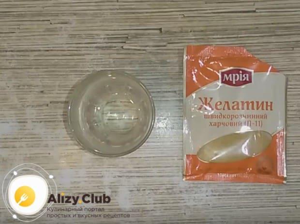Разводим желатин в воде, а затем вводим в крем.