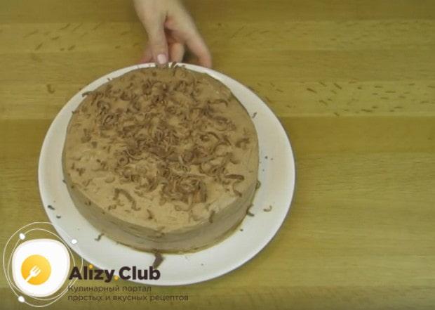 Когда торт пропитается в холодильнике, посыпаем его натертым на терке шоколадом.