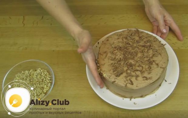 Бока торта обсыпаем измельченными орехами.