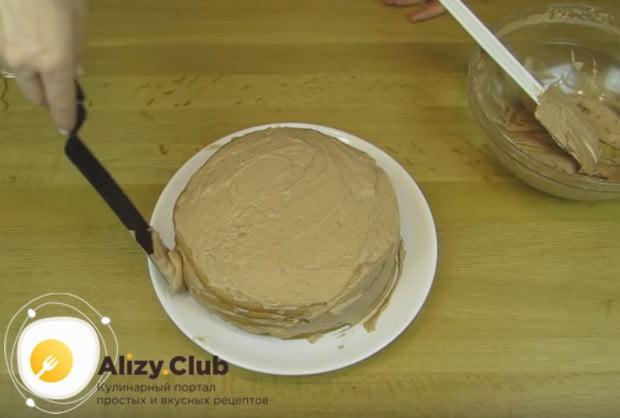 Готовый торт сверху тоже смазываем кремом, выравниваем бока.