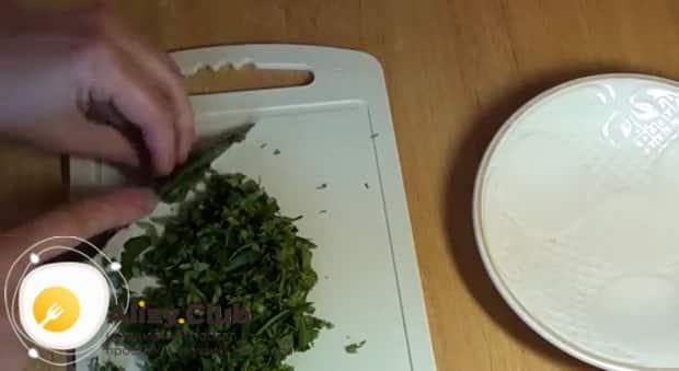 Для приготовления блюда из тыквы в мультиварке, нарежьте зелень.