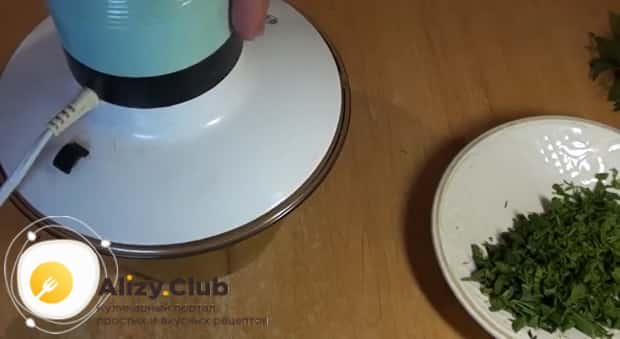 Для приготовления блюда из тыквы в мультиварке, измельчите зелень.