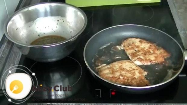 На сковороде подогреваем подсолнечное масло, перекладываем отбивные