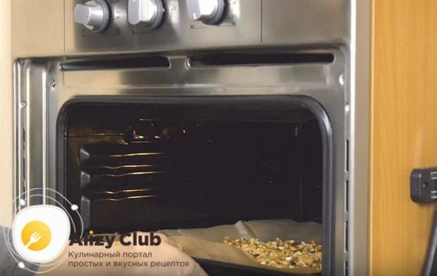 Для начала подсушиваем в духовке грецкие орехи.