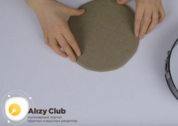 Дно формы для выпечки застилаем пергаментной бумагой.