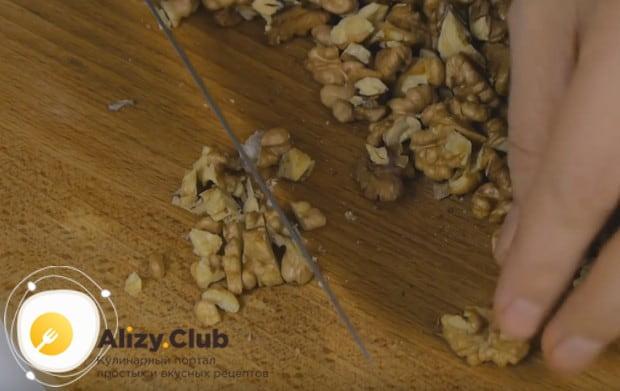 Подсушенные орехи нарезаем небольшими кусочками, чтобы они чувствовались в тесте.