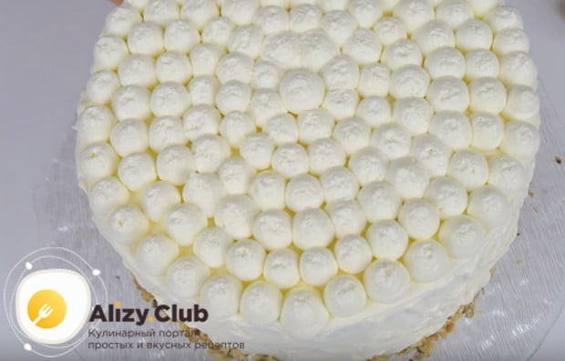 Снизу бока торта можно обсыпать измельченными орехами.