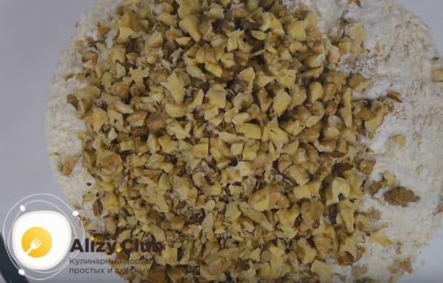 Муку перемешиваем с сахаром, разрыхлителем и орехами.