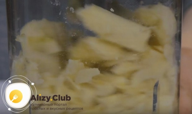 Спелые бананы режем на кусочки и измельчаем в пюре при помощи блендера.
