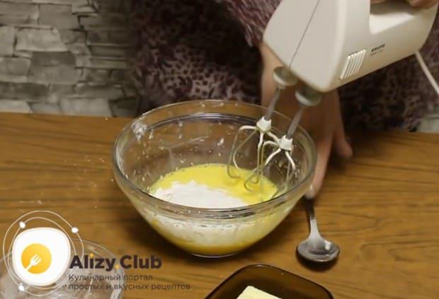 Взбиваем яйца и молоко с добавлением крахмала.