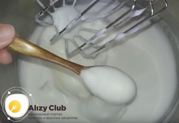 Белки взбиваем. постепенно добавляя сахар, до стойких пиков.