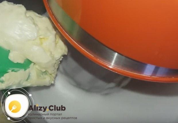 И далее взбивая массу, добавляем маленькими порциями масляный крем.