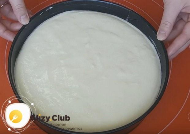 Сверху заливаем суфле, стараясь сделать поверхность торта как можно ровнее.