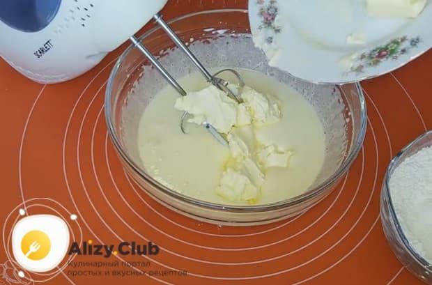 Добавляем в желтковую массу размягченное сливочное масло.