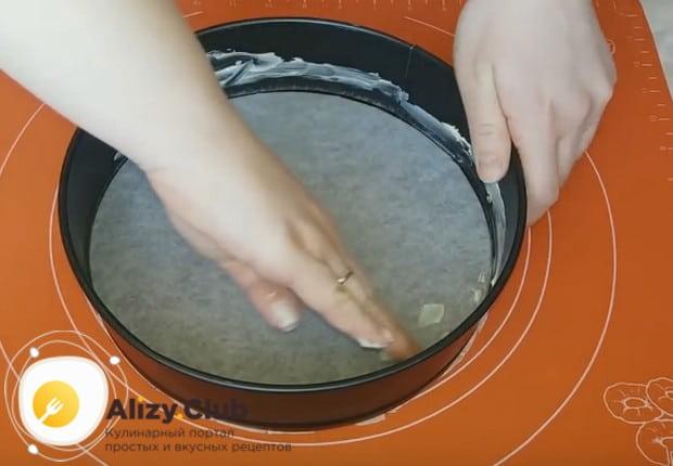 Дно формы, в которой будем выпекать корж, застилаем пергаментом, бока смазываем маслом.