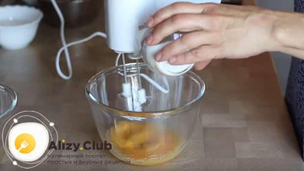 Взбиваем желтки с сахаром