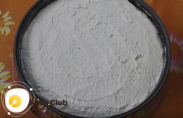 Второй корж торта покрываем подготовленным кремом.