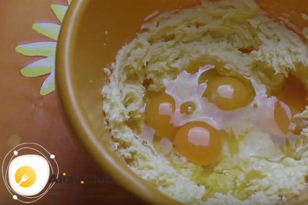 В масляную массу вбиваем яйца и опять взбиваем.