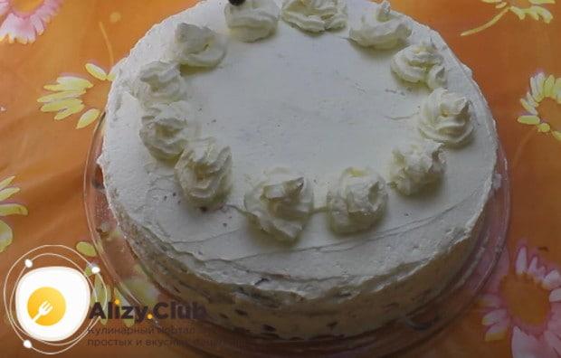 Оставив немного крема, выкладываем его в кондитерский мешок и украшаем торт так, чтобы середина осталась свободной.