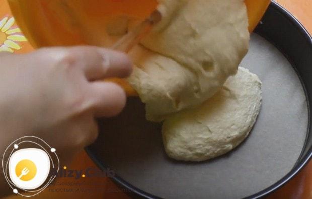Застелив дно формы для выпекания пекарской бумагой, выкладываем в нее тесто.