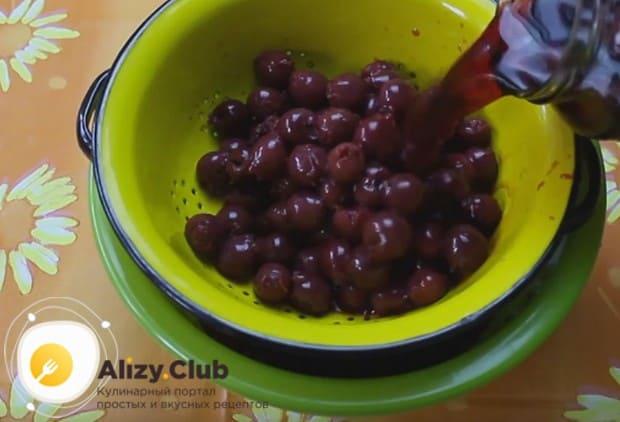 Чтобы приготовить наполнитель для торта, выкладываем вишни в дуршлаг, чтобы с них стекла жидкость.