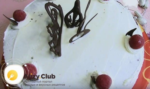 Украшаем наш тортик вишнями и шоколадными фигурками.