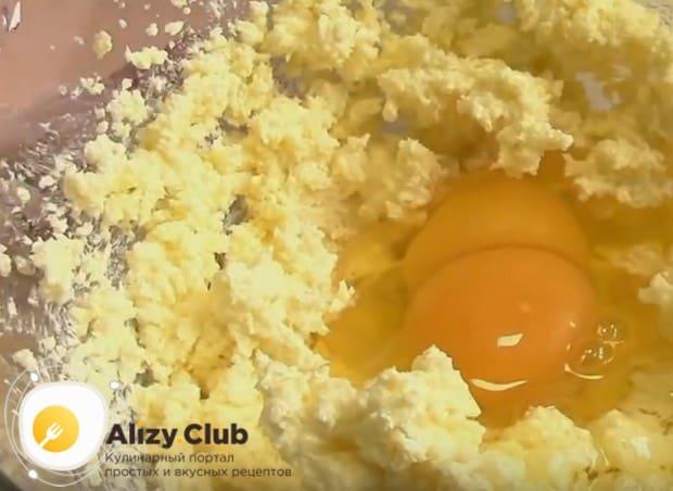 Добавляем яйца и опять взбиваем.