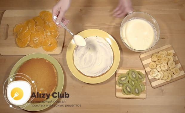 Соберите торт из готовых бисквитных коржей со сгущенкой