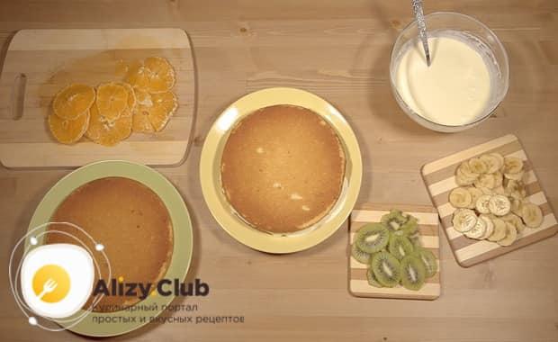 Поочередно выложите слои, для приготовления торта из готовых бисквитных коржей со сгущенкой