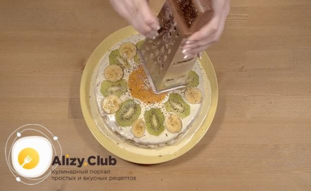 натрите тертый шоколад для приготовления торта из готовых бисквитных коржей со сгущенкой
