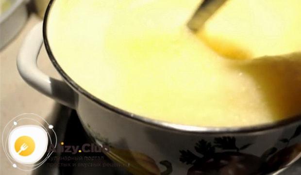 Для приготовления торта медовик с кремом из вареной сгущенки, приготовьте коржи.