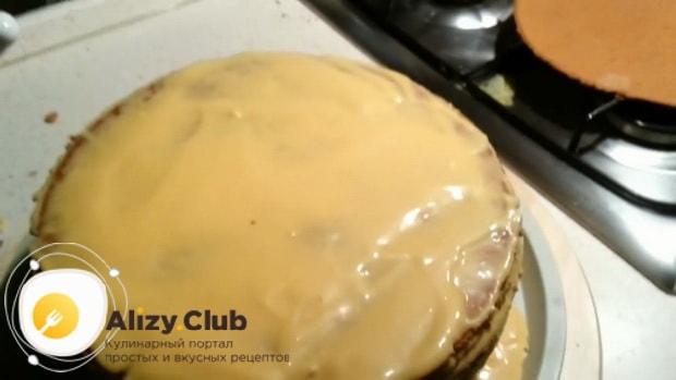 Для приготовления торта медовик с кремом из вареной сгущенки, промажьте коржи.