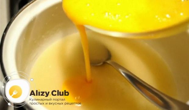 Для приготовления торта медовик с кремом из вареной сгущенки, соедините ингредиенты для приготовления теста.