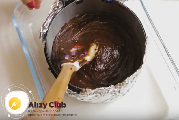 Аккуратно разравниваем поверхность нашего будущего торта.