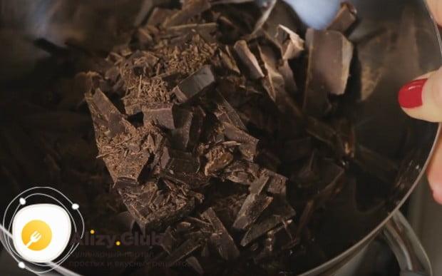 Измельчив шоколад, ставим его на кастрюлю с кипящей водой и топим.