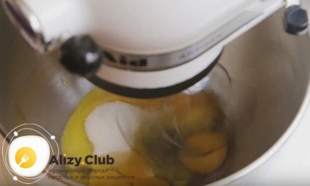 Яйца взбиваем с сахаром при помощи миксера.